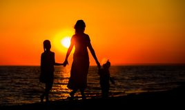 mother-her-kids-silhouettes-24145990